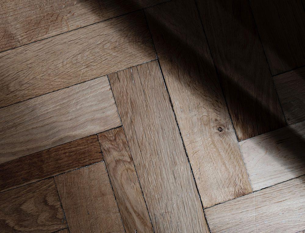 Ett renoveringsobjekt med golv med dåligt skick kan avskräcka många, men det är faktiskt inte så dyrt att fräscha upp.
