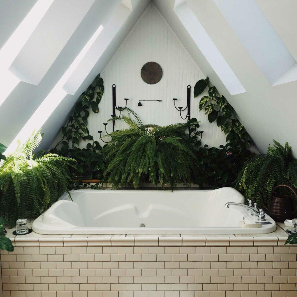 Är badrum ett renoveringsobjekt? Är badrummet i bra skick kan du göra förändringar genom att addera blommor och textilier.